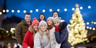 Amis heureux prenant le selfie dehors à Noël Images libres de droits