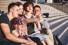 Amis heureux prenant le selfie ensemble Photographie stock libre de droits