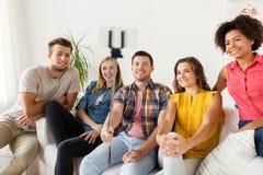 Amis heureux prenant le selfie par le smartphone à la maison Photos libres de droits