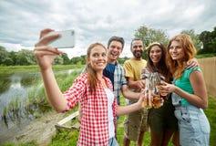 Amis heureux prenant le selfie par le smartphone Images libres de droits