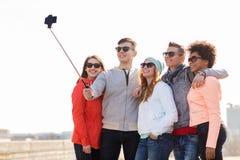 Amis heureux prenant le selfie par le smartphone dehors Photos libres de droits
