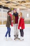 Amis heureux prenant le selfie sur la piste de patinage Photo stock