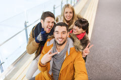 Amis heureux prenant le selfie sur la piste de patinage Photos libres de droits