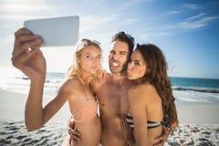 Amis heureux prenant le selfie sur la plage Photos libres de droits