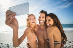 Amis heureux prenant le selfie sur la plage Photo libre de droits