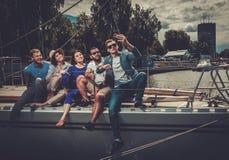 Amis heureux prenant le selfie sur un yacht Photo libre de droits