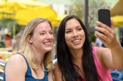 Amis heureux prenant un autoportrait avec le téléphone Photo libre de droits
