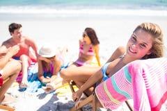 Amis heureux prenant un bain de soleil ensemble Image stock