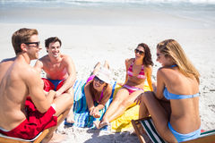 Amis heureux prenant un bain de soleil ensemble Photos libres de droits