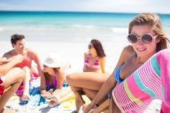 Amis heureux prenant un bain de soleil ensemble Image libre de droits