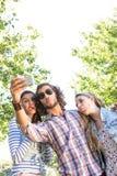 Amis heureux prenant un selfie Photos libres de droits