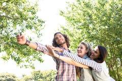 Amis heureux prenant un selfie Images libres de droits