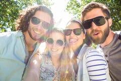 Amis heureux prenant un selfie Photo stock
