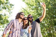 Amis heureux prenant un selfie Images stock