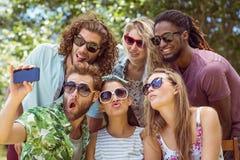 Amis heureux prenant un selfie Photographie stock libre de droits