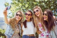 Amis heureux prenant un selfie Photographie stock