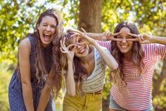 Amis heureux prenant un selfie Photo libre de droits