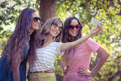Amis heureux prenant un selfie Image libre de droits