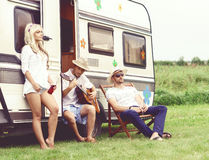 Amis heureux profitant d'un agréable moment ensemble dehors Causerie, Dr. Photos stock