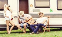 Amis heureux profitant d'un agréable moment ensemble dehors Causerie, Dr. Photos libres de droits