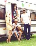 Amis heureux profitant d'un agréable moment ensemble dehors Causerie, pl Image stock