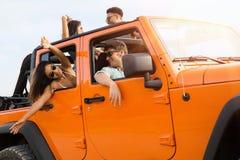 Amis heureux profitant d'un agréable moment sur un voyage par la route Photos libres de droits
