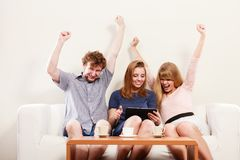 Amis heureux réussis avec le comprimé Photo stock