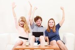 Amis heureux réussis avec le comprimé Images libres de droits