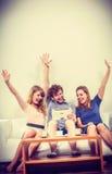 Amis heureux réussis avec le comprimé Image libre de droits