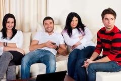 Amis heureux regardant la TV ensemble Photo libre de droits