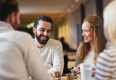 Amis heureux rencontrant et buvant du thé ou du café Image libre de droits
