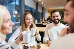 Amis heureux rencontrant et buvant du thé ou du café Images libres de droits