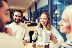 Amis heureux rencontrant et buvant du thé ou du café Photographie stock