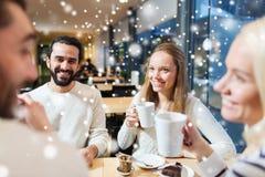 Amis heureux rencontrant et buvant du thé ou du café Photographie stock libre de droits
