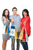 Amis heureux retenant des sacs à provisions Photos libres de droits