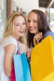 Amis heureux retenant des sacs à provisions Photo libre de droits