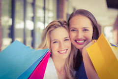 Amis heureux retenant des sacs à provisions Photo stock