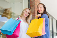 Amis heureux retenant des sacs à provisions Image libre de droits