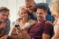 Amis heureux riant ensemble Photographie stock libre de droits