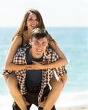 Amis heureux riant et détendant Photo libre de droits