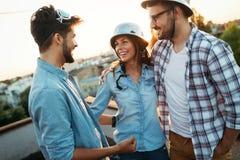 Amis heureux riant et souriant dehors Photo stock
