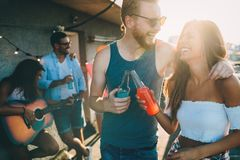 Amis heureux riant et souriant dehors Image libre de droits