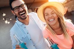 Amis heureux riant et souriant dehors Photos stock