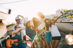 Amis heureux riant et souriant dehors Photographie stock