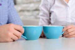 Amis heureux s'asseyant dans le café Photographie stock libre de droits