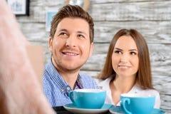 Amis heureux s'asseyant dans le café Photo libre de droits