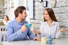 Amis heureux s'asseyant dans le café Photos libres de droits