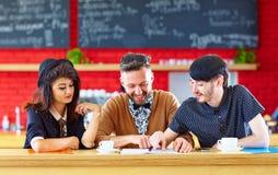 Amis heureux s'asseyant en café, étudiant Photo libre de droits