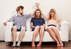 Amis heureux s'asseyant sur le sofa Images stock