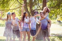 Amis heureux sautant dans la pousse de l'eau photos libres de droits